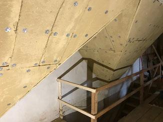 Lehmbauplatten als Innenverkleidung der Dachschrägen anstelle von Gipskartonplatten auf einer Baustelle Balingen