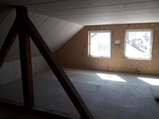 In Obernheim durften wir das Dachgeschoss ehemaliger Bühnenraum ausbauen. Zwischensparrendämmung mit Stopfhanf. Die Giebelwände haben eine Innendämmung mit Holzfaser bekommen. Spachteln und verputzen macht hier der Maler.