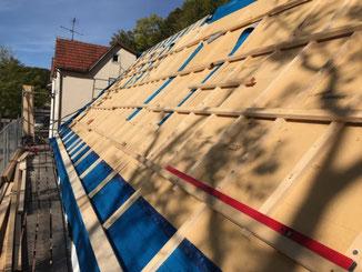 Holzfaser Dämmplatten für eine Aufdachdämmung und Unterdach auf einer Baustelle in Albstadt Tailfingen.