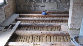 Stroh Lehmwickel als Einschub im Deckengebälk