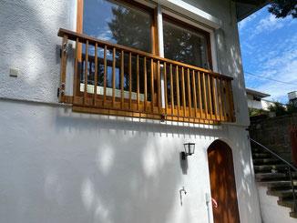 Französischer Balkon in Balingen aus Kastanienholz. Langlebiges Kastanienholz mit Pigmenten geölt. Man kann das Kastanienholz auch einfach vergrauen lassen. Hält genau so lange und braucht nicht mehr zu streichen. Es entsteht so eine silbergraue Patina.
