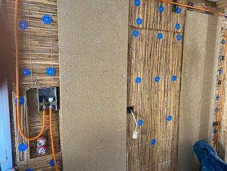 Lehm Klimaplatten mit Strom. Die Platten werden in die Wandfläche eingeputzt. Infrarotheizung ohne Wasser. Hier kann nichts eingefrieren. Auch gut für Wochenendhäuser.