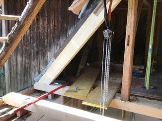 Sanierung und Reparatur von maroden Hölzern im Holzbau. Bei schweren Hölzern nutzen wir oftmals unseren Kettenzug.