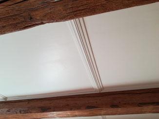 Holzdecke Füllungen mit Standölfarbe weiß.