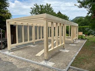 Carport in Jungingen. Holzkonstruktion mit Geräteraum aus Brettschichtholz.