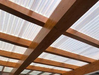 Anstrich der Holzkonstruktion mit Holzlasur Kiefer