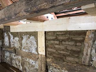 Reparatur der Tragwerksbalken und Gefache an einem Fachwerkhaus in Balingen - Stockenhausen. Die Gefache wurden mit Leichtlehmsteinen ausgemauert.