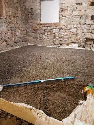 Verlegung des Kork-Kalk-Estrichs mit Korkgranulat Trasskalk und Sand.