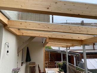 In Balingen Endingen entstand diese Balkonüberdachung. Es ist eine Mischkonstruktion aus Holz und Stahl. Das Dach wurde mit Glasplatten eingedeckt.