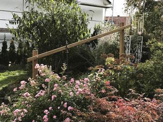 Treppengeländer aus Holz im Garten