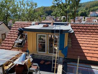 Sanierung eines alten Dachstuhls. Einbau einer Dachgaube mit Terrassenfläche.