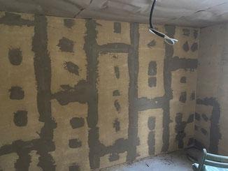 Wandverkleidung mit Lehmbauplatten D20 von Claytec. Es folgt eine Gewebearmierung und der Oberputz. Lehmbauplatten als alternative zu Gipskartonplatten. Lehmplatten erhalten sie über unseren Fachhandel.