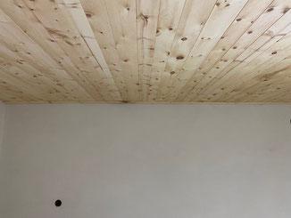 Lehm - geht auch in weiß. Die Decke ist aus Zirbenholz ( Mondholz ) von Thoma Holz 100 Lehmanstrich mit Clayfix Lehmfarbe Feinkorn in weiß.