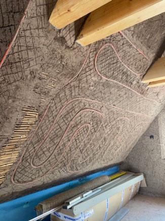 Lehmputz auf Schilfrohr mit eingebetteter Wandheizung