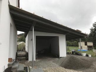 In Hechingen Boll wurde auf eine bestehende Einzelgarage ein Dach gebaut. Rechts der Garage entstand ein Carport. Auf der linken Seite wurde der Weg und der Hauseingang mit überdacht.
