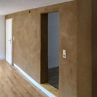 Wand mit Lehm verputzt