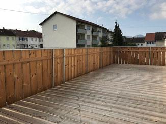 Balkonbelag und Balkongeländer aus Holz
