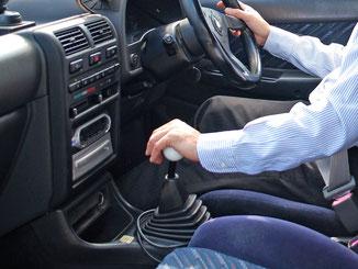 マニュアル車の運転席