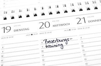 Abgebildet ist ein Kalender mit einem eingetragenen Termin für ein Bewerbungstraining.