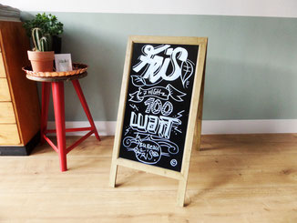 Bord bij entree in Amsterdam 'handlettering / chalkboard' studiogespuis.nl