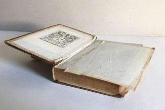 Restaurierungsbedürftiges historisches Buch. Vorsatz lose.