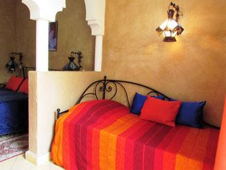 canapé lit chambre d'hôtes safran au riad le jardin des épices, maison d'hotes le jardin des épices, hôtel le jardin des épices à Taroudant, Maroc