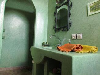 salle de bains de la chambre d'hotes coriandre, riad maison d'hotes le jardin des épices à Taroudant, maroc