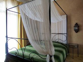 lit à baldaquin chambre d'hotes Coriandre au riad maison d'hotes le jardin des épices Taroudant Maroc