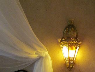 lumières dans salle de bains de la chambre d'hotes coriandre, riad maison d'hotes hôtel le jardin des épices à Taroudant, maroc