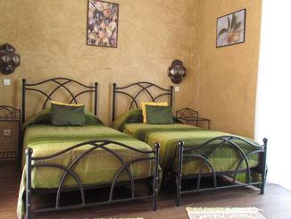 deux lits jumeaux pour la chambre Muscade au Riad le Jardin des Epices à Taroudant, Maroc