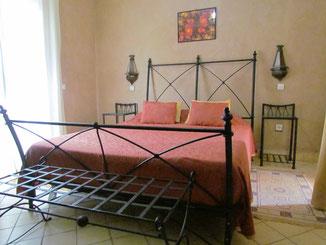 Lit extra large dans la chambre d'hotes paprika au Riad, maison d'hotes le Jardin des Epices à Taroudant, Maroc