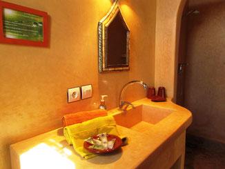 salle de bains salle de bains de la chambre d'hotes coriandre, riad maison d'hotes hôtel le jardin des épices à Taroudant, maroc