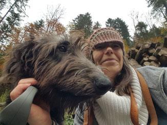 Irish Wolfhound Cairenn und Anita beim Winterspaziergang im Tösstal