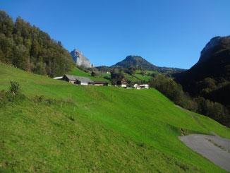 Unten rechts der oberste Parkplatz der Schlattli-Stoosbahn. In der Mitte unser Heimwesen Hinteribrig. Im Hintergrund das Dörfli Aufiberg, rechts die Rotenfluh und links der Grosse Mythen.
