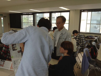JABEE教育をベースにしたキャリア教育をグループワークで実習する学部生・院生と肥後教授(写真中央)