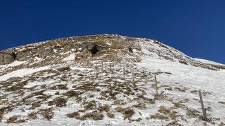 kurz vorm flachen Gipfelgrat gings mit den Skiern am Rücken weiter