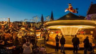 Während sich die Eltern einen Glühwein genehmigen, vergnügen sich die Kids auf dem Karusell