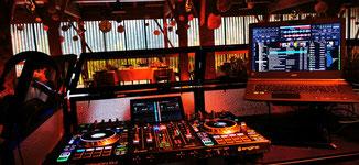 DJ Setup auf dem Klavier