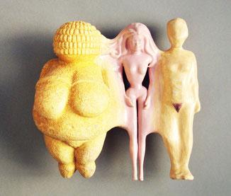 Keramikobjekt mit drei zusammengewachsenen Figurinen: Venus, Barbie und Normalfrau. Alle in der Grösse von Barbie