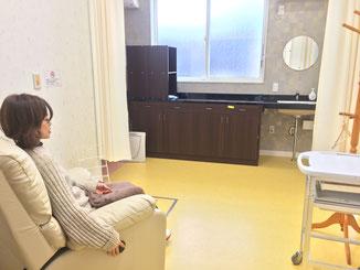 春日井で個室診療を行っている、みやこ内科クリニック。日曜日、木曜日も診療しています。レディースクリニックのような雰囲気になっています。