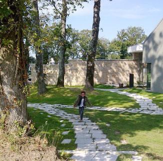 Ploeren - centre culturel / sentier dallé vers les petites maisons