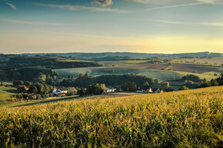 Abendstimmung über Herschweiler-Pettersheim an der Grünschnittsammelstelle mit Blick auf den Ortsteil Bockhof.