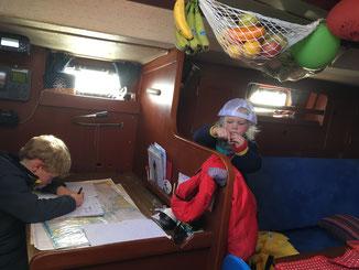 Jakob schreibt Logbuch und Emily knetet
