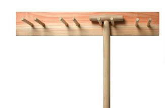 Gartengerätehalter aus Holz von der Firma Sneeboer - endlich einer der funktionier. www.the-golden-rabbit.de