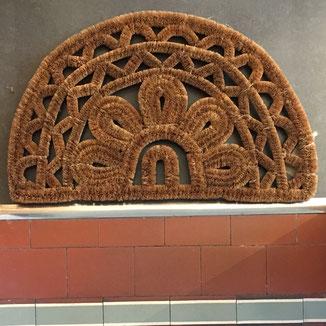 Halbrunde Fußmatte aus Kokos - robuste Fußmatte für draußen bei www.the-golden-rabbit.de