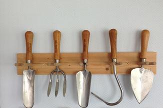 Einfach aber funktional: Sneeboer Gartengerätehalter aus Holz für Handgeräte bei www.the-golden-rabbit.de