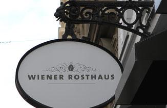 Ein klassisches altes Zunftschild zeigt den Eingang vom Wiener Rösthaus an