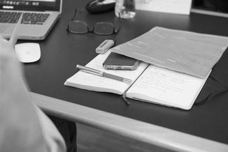am Schreibtisch FAU-Employability-Fragebogen ausfüllen
