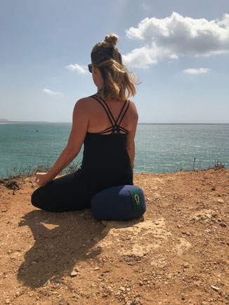 Meditation beim Yoga&Dance Retreat in Spanien 2019, Meditationskissen: https://higherom.com