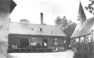 Kapelle - daneben alte Molkerei